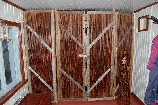Ovet siperianpajusta ja heinäseipäistä